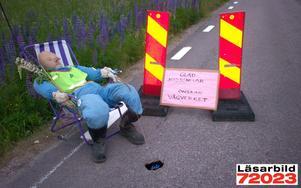 Vägprotest. Vad göra när vägansvariga inte lagar hålen i landsvägen? Jo, man sätter en kul gubbe på platsen. Pimpling hör ju på sätt och vis också ihop med midsommar. Läsarbild insänd av Karin Malm