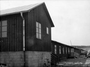 Vid ankomsten till Västerås fick en del italienare som rekryterats som arbetskraft bo i de bruna barackerna på Hammarbacksvägen. Fotot är taget i maj 1947.