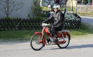 Lagom fort och alldeles förträffligt trevligt. Per-Olof Tångring susar förbi på sin Fram Luxus-61, en tvåväxlad pärla bland mopeder.