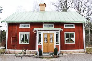 Huset byggdes 1911 men byggnaden är troligen från 1800-talet och flyttades från Hedesunda till Lågbo för att bli hem åt det nygifta paret Catharina och Carl-Fredrik.