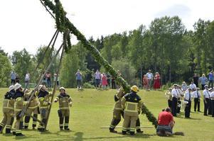 Guldsmedshyttans brandmän reste midsommarstången på Råsvallens IP.