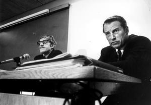 Från vänster: Sten Wrige kriminalinspektör, Curt Nicolin chef Asea på en presskonferens.