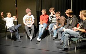 Tillsammans. Folkhögskolans teaterelever jobbar med monologer. Från vänster: Latif Ansari, Henrik Åkerblom, Max Jansson, Oliver Jensen, Erik Hedenbo, Rasmus Siitari och Erik Ås.