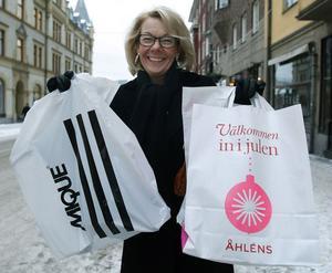 """Tidig. """"Jag tycker om jul, men inte att stressa. Därför börjar jag tidigt med att köpa julklappar, nu har jag väl ungefär fyra stycken kvar. Totalt sett blir det rätt så mycket pengar på julklappar eftersom jag har både barn och barnbarn. Hur mycket vill jag inte berätta"""", säger Anita Öberg, 53, kasinochef i Stockholm."""