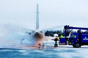 Morgonflygen från Åre/Östersund flygplats hade stora problem med det underkylda regnet, vilket skapade förseningar på morgonen och inställda flyg. Innan några av flygplanen till slut kunde lyfta spolade flygpersonal av vingarna med en vätska som innehöll bland annat glykol för att undvika isbildning.  Foto: Ulrika Andersson