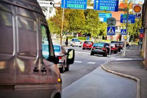 Det är knepigt att ta sig fram med bil i centrum av Östersund, anser insändarskribenten.