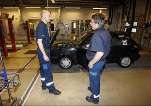 – Vi har 30 anställa och de kommer alla att få ha kvar sina jobb trots att det blir andra aktörer på marknaden, säger Tommy Persson, här med bilprovaren Per-Olov Englund.