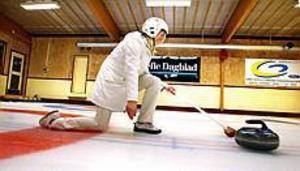 Glid. Det gäller att glida framåt och skjuta iväg stenen utan att ramla. Curlingisen är hal och det är svårt att hålla balansen. Sopkvasten är ett bra stöd.