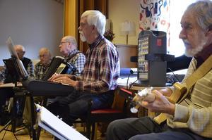 Körens musiekr. För musiken står Björn Ehrenbåge, Kjell Eliasson och Harry Waldenryd.