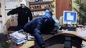 Övervakningskameran fångar två av rånarna mot Bergslagens Sparbank i Kopparberg 2007.
