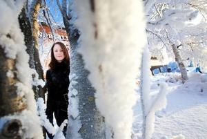 """Än så länge är det inte helt spikat hur arbetet om fjällräven ska redovisas och på vilket sätt. """"Vi har preliminärbokat ett rum i biblioteket för att visa bilderna vi tar när vi är ute med fjällbevakaren och dela ut foldern vi ska göra, men det är inget spikat än"""", säger Anna Bergman. Hon och Klara Nachmanson jobbar med ett projektarbete tillsammans.Foto: Håkan Luthman"""