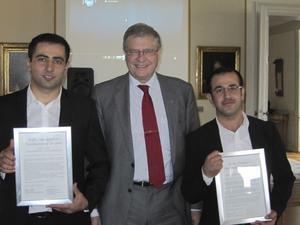 Föredömen. Nybyggaren Artur Rafaelyan (t v) och Pionjären Raid Yacoub fick sina diplom av landshövding Ingemar Skogö.