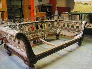 Utifrån den här gamla soffan ska Johan Dahlgren tillverka en kopia till en kund.