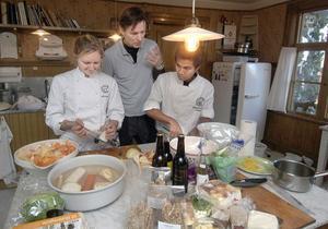 Melker Andersson instruerar sina assistenter Isabella Westergren och William Sundberg vad de ska göra.