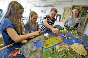 Modellarbete. Klasskompisarna Wilma Ivarsson och Amanda Nilsson fick hjälp av Amandas pappa Leif att jobba med modellen av en stenåldersby på Fylstaskolans öppna hus-dag. Läraren Jessica Gustavsson tycker att det är kul att så många föräldrar tar chansen att se vad deras barn jobbar med i skolan.