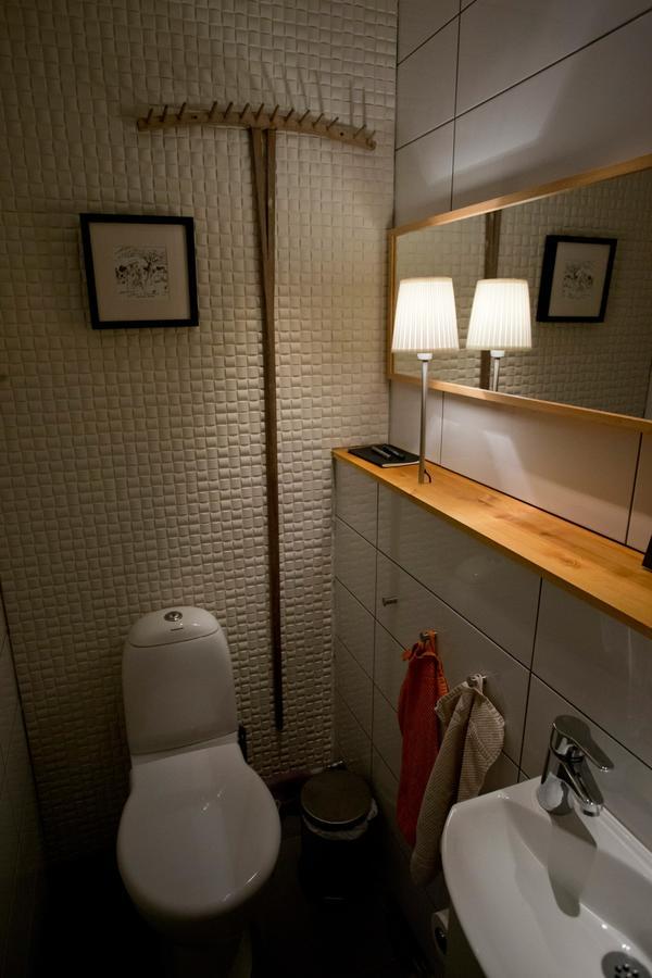 Toaletten är ett rum där man vill kunna variera mellan ett mjukt och ett mer tydligt ljus. Se till att båda finns.