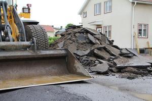 Under sommaren kommer Stallgatan i Edsbyn att rustas. Först rivs den gamla asfalten bort, marken isoleras och man lägger på ny asfalt.