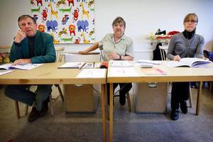 """Hans Furborg, Gullan Modin och Lena Sjöström tar emot röster i EU-valet på Lövstaskolan på Frösön. """"Det verkar vara fler som röstar den här gången jämfört med förra valet"""", säger Gullan Modin."""
