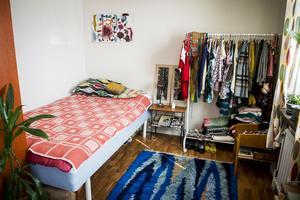 Sovavdelningen har delats av med en hylla mot vardagsrummet och på klädställningen hänger Miriams färgstarka garderob.