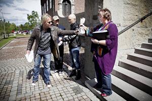 2011: Startskottet, Björn Höglund, lämnar över pengapåsen till  AnnSofie Andersson.