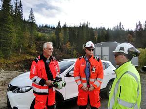 Platschefen Roger Kinnunen, till vänster, Raymond Sundin, i mitten, jobbar med markförberedelser och Sven-Olof Bergqvist, i gult, är projektledare för Trafikverket.