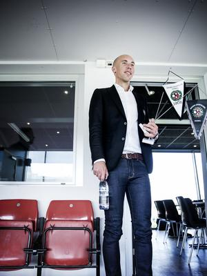 VD:n Simon Åström var på gott humör vid onsdagens presskonferens, där Axel Kjäll presenterades som ny huvudtränare för ÖSK.
