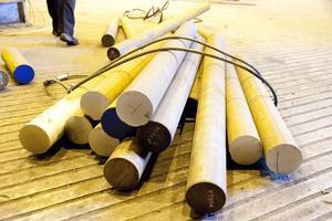 Ska böjas i tid. Färdigkapade bitar av stålstänger med 170 millimeters diameter som ska böjas till att bli länkar i en ¿kätting.