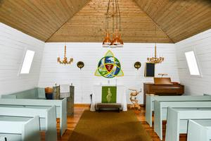 Inredningen i det gamla kapellet plockas ut och ska återanvändas i det nya, det gäller bland annat altartavlan.