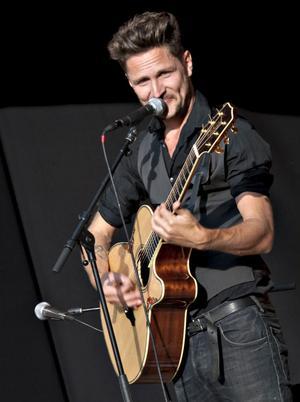 En gång blev han Årets nykomling i Sveriges Radio P3, nu är han nykomling på just den här scenen och levererar helt enligt publikens förhoppningar.