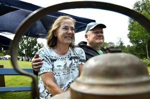 Långväga besökare. Ann-Marie Grönlund och Staffan Westerdahl från Stockholm råkade hitta Larsmäss av en tillfällighet när de var på väg upp till Rättvik.