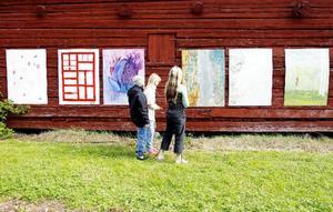 På utsidan av Galleri Logen visar Östersunds konstskolas tredjeårselever några av de väderbeständiga målningar på plåt som de tog fram till sina slututställning vid Mjällebäcken i början av maj.