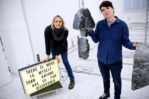 """Ulrika Sparre och Hanna Ljunghs utställning """"Ear to the ground"""" går att se på Örebro konsthall till den 19 februari."""
