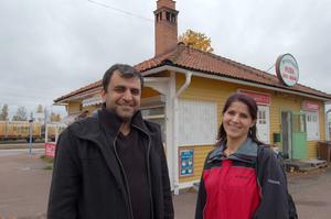 Iza Bozdogan, med hustrun Zeynep, har köpt Järnvägskiosken.