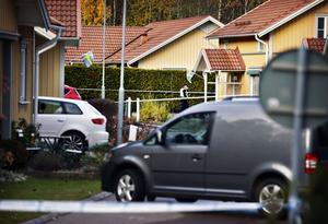 En polisman och hans familj utsattes för ett mordförsök genom skjutning med 20-talet skott  natten till lördag i Västerås.
