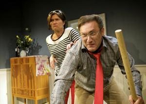 """ålderskris. """"Färdknäpp"""" handlar om klasskillnad och ålderskris. Här ses Lena Carlsson och Iso Porovic i en av många dråpliga situationer. De två spelar ett äkta par som kommer för att gratulera."""