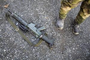 AK5:an följer med överallt under fältövning. Den får inte förvaras längre bort än 1,25 meter från rekryten.