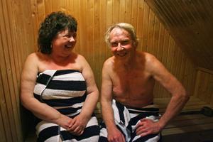 Asta och Pertti Uitto i Vallvik bastar varje kväll.