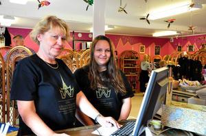 Märta-Karin Elf-Huss och Viktoria Lindström jobbar som guider i Thailändska paviljongen.