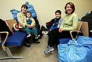 Foto: LARS WIGERTFlyktingar. Inessa Ivanova har flytt från Ryssland med dottern Dalli. Laziza Maksudova flydde från Uzbekistan med sonen Temur. I går kom de till den nyöppnade flyktingslussen för att söka asyl.