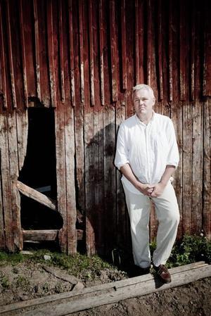 Centerpartiets Anders W Jonsson tycker att han har det bästa av två världar när han kan vakna varje morgon på gården hemma i Vinnersjö och ändå jobba som förhandlare på regeringens statsrådsberdning.