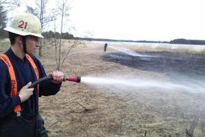 Erik Bäcklin släcker elden.