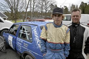 Vann utan körkort. Linus Isaksson, 17, var snabbast i ungdomsklassen. Han övningskörde med Mikael Kjellgren.