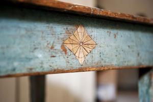 """Detta vackra bord kommer från Småland och har  aldrig varit övermålat. Det har stått i ett hem och har fått vara i fred.  Framtill ses en vacker skrapning. """"Det är inte vilket bord som helst utan har haft stor betydelse för någon"""", säger Magnus."""