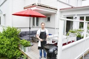 Jörgen Berglund, kommunalråd i Sundsvall, gillar att grilla och skottar gärna fram altanen redan på vintern för att kunna servera grillad korv till barnen.