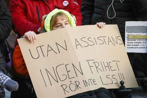 Manifestation arrangerad på internationella funktionshindersdagen, Assistans är frihet –Rädda LSS (lag om stöd och service till vissa funktionshindrade) på Norra Latins skolgård i Stockholm.