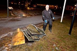 Mikael Nilsson röjer upp nedsliten takplåt på campus i Östersund.