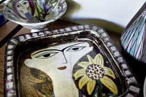 En Samling vaser och fat av Mari Simmulson, Upsala Ekeby.