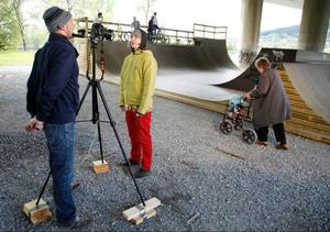 Svea Nilsson, 89, fick frågan dagen innan om hon ville gå med rollatorn i en musikvideo. Det ville hon. Cyklisterna står redo. Snart är det deras tur. I förgrunden Robert Singleton och Erik Wennergren.