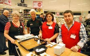 Röda korsets Gunborg Morén och Hemköps butikschef Mari Wall ses här med fredagens kockar Talar och Agop. Foto: Rolf Sundblad