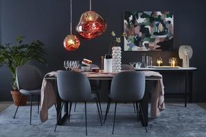 Mörka, djupa färger är en trend som är högaktuell just nu. Och det syns självklart i Maria Nordins jobb, här har hon stylat en trendig matsal.
